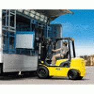 Empilhadeira marca Hyundai, quatro cilindros, diesel, cabine montada sobre coxins de borracha, assento e volante ajustáveis, chassis monobloco, deslocador lateral integrado.  Capacidade de 2.000 a 4.500 kg, elevação 4.000 a 6.000 mm, torre duplex/triplex. Modelo D-7