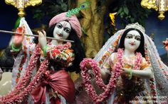 To view Radha Gopinath Wallpaper of ISKCON Chowpatty in difference sizes visit - http://harekrishnawallpapers.com/sri-sri-radha-gopinath-close-up-wallpaper-005/