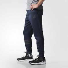 These men's basketball pants get you to the rim with style. Showing off reflective 3-Stripes on the right leg, they feature side pockets and a slim fit.