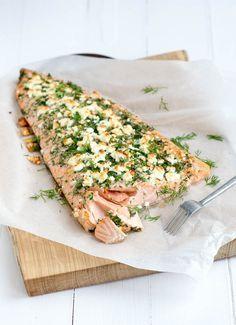 Hele zalm met kruidenkorst-whole salmon with herb crust x I Love Food, Good Food, Yummy Food, Food Porn, Healthy Snacks, Healthy Recipes, Fish Dishes, Bari, Queso Feta