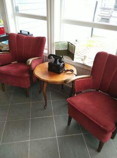 Old chairs and phone #rust #antikk #antique #retro #forsale #vintage #kunst #trendy #cool #norway #norge  #aalesund #stil #hus #hjem #hage #samler #samlegjenstand