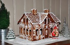 Bilderesultater for pepperkakehus Haunted Gingerbread House, Christmas Gingerbread House, Christmas Cookies, Christmas Crafts, Gingerbread Man, Christmas Ideas, Merry Christmas, Gable Decorations, Royal Icing Decorations