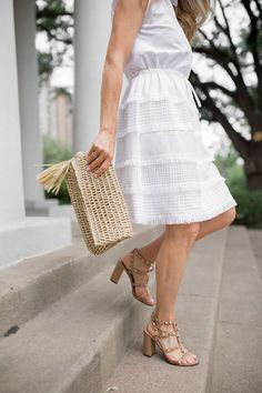 White dress outfit - a fringe dress and statement sandal for summer! Click through for more on this summer outfit idea featuring a gorgeous white summer dress.