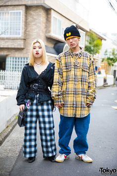 American urban style (gingham & plaid). LOVE the Wu-Tang Clan beanie ... Misa (left) & Riku (right) - both 19 years old & students | 20 April 2017 | #couples #Fashion #Harajuku (原宿) #Shibuya (渋谷) #Tokyo (東京) #Japan (日本)