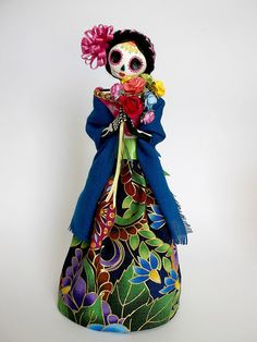 La Catrina y sus Flores. Mexican Paper Mache by LaCasaRoja Mexico Day Of The Dead, Day Of The Dead Art, Mexican Skulls, Mexican Folk Art, Fall Halloween, Halloween Crafts, Mexico Culture, Paper Mache Crafts, Skull Art