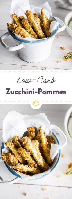 Kohlenhydrate einsparen kann so einfach sein: Mach deine Pommes aus frischen Zucchini, Ei, Parmesan und Mandeln - fertig ist dein Low-Carb-Snack.