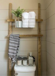 Mangler du opbevaringsplads på det lille badeværelset, så kan du med fordel vælge en opbevaringsstige. Sæt opbevaringsstigen bag toilettet. Så optager den ikke plads på det lille badeværelse.