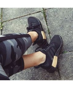 Chaussure Adidas NMD Noir Or, Zhè shuāng xié wǒ hěn xǐhuān J'adore cette paire de chaussures Adidas Nmd R1, Adidas Nmd Noir, Black And Gold Shoes, Black Gold, Gold Trainers, Runners Shoes, All Black Sneakers, Shopping, Originals