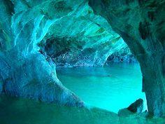 Peștera este situată în masivul Buila-Vâmturarița, județul Vâlcea, România, situată la 990 de metri altitudine și la 140 de metri de talvegul văii râului Cheia. Este o peștera fosilă de culoare verde smarald și în mare parte este constituită din calcar. Peștera a fost explorată pentru prima dată de spedologii din Râmciu Vâlcea în anul 1978. Îninteriodul ei se divizează în două galerii începînd cu intrarea de 6 x 4 metri, una este îgustă și cu o lungine de 10 metri iar a doua este un spațiu… Romanian Flag, Romania Travel, The Beautiful Country, Science And Nature, My Happy Place, Places To See, Travelling, Photography, Outdoor