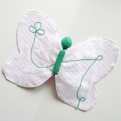 """Doudou papillon vert et rose à rayures blanches - """"Dents de loup"""" - http://www.feepascifeepasca.com/product/Doudou-papillon-vert-et-rose-a-rayures-blanches"""