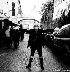 Intervista a Rosangela Betti a cura di Andrea Schneider e Pamela Proietti:  http://www.niederngasse.it/rubriche/interviste/intervista-allartista-multimediale-rosangela-betti