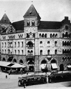 """Das 2. Romanische Haus wurde 1900-1901 nach Plänen von Franz Schwechten auf der Ostseite des Platzes errichtet, wo heute das Europa-Center steht und bekam die Hausnummer Kurfürstendamm 238. Hier befand sich von Anfang an das """"Romanische Café"""""""