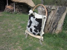 rugzak frame van hazelaar en essen met een tas van schapenvacht.