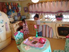 http://www.wdwinfo.com/disneyland/photos/Toontown/images/Minnie-Mouse-House-4.jpg