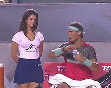 Ballenmeisje bij wedstrijd Rafael Nadal mag er wezen!