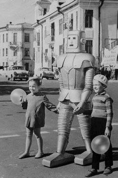 Weird Vintage - This robot normally appeared in a local Russian circus, but he was turned into a traffic controller as a stunt by his owner, Oleg Sokol, in 1967 R Robot, Retro Robot, Weird Vintage, Vintage Humor, Funny Vintage, Retro Funny, Portraits Victoriens, Science Fiction, Milan Kundera