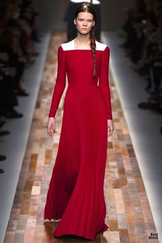 Valentino Fall 2013/2014: Medieval gown (roc) from the 15th century. Low neck closely fitted bodice.