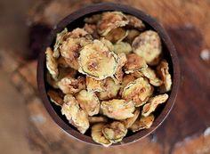 Chips de abobrinha italiana -  Corte as abobrinhas em rodelas finas, se possível, com um fatiador de legumes. Coloque em um recipiente fundo e reserve. 2 Em um prato fundo, bata o ovo com um garfo e tempere com sal. 3 Junte as rodelas de abobrinha na mistura de ovo e sal, deixando-as umedecidas. 4 Em seguida, acrescente a farinha de trigo e empane as unidades de abobrinha. 5 Despeje-as em óleo bem quente para fritar durante 15 minutos ou até dourar.
