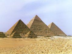 La Necrópolis de Guiza, pirámides construidas por los faraones de la cuarta dinastía Keops, Kefrén y Micerino.