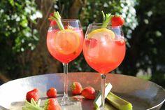 Svalkande drink med bubbel, rabarber och vanilj | Daniel Lakatosz matblogg Whiskey Drinks, Cocktail Drinks, Alcoholic Drinks, Beverages, Cocktails, Vodka Drinks, Drinks Alcohol, Chutney, Ketchup