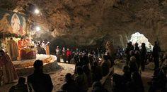 Рождественская церемония в пещере на Крите http://feedproxy.google.com/~r/russianathens/~3/jPQJwWliOyU/24512-rozhdestvenskaya-tseremoniya-v-peshchere-na-krite.html  На острове Крит, в маленьком приморском городе Колимбари, расположенном в 24 км к западу от Ханья, в пещере Св. Иоанна в Маратокефале в течение многих лет в Сочельник проводилась специальная религиозная церемония.