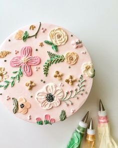 Hand piped floral patterned cake created with buttercream. Pretty Birthday Cakes, Pretty Cakes, Beautiful Cakes, Cake Birthday, Bolo Floral, Floral Cake, Cupcakes, Cupcake Cakes, Patterned Cake