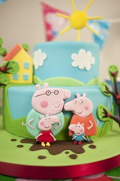 Popular the world over with boys and girls, Peppa Pig is a common request at so many children's parties. After lots of research Paul decided to go for style models on a cake! Tortas Peppa Pig, Bolo Da Peppa Pig, Fiestas Peppa Pig, Cumple Peppa Pig, Peppa Pig Cakes, Cake Decorating Courses, Pig Party, Character Cakes, Cupcakes