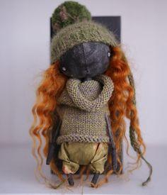 «Девочка гаражный монстр. С волосиками из под шапочки. Ростом 17 см. Грунтованный текстиль. У неё снимается снуд кофточка. Штанишки и шапочка, нет. Кукла…»