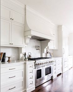 Love this hood and the small drawers underneath next to the range