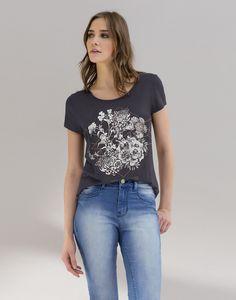A blusa com estampa moderna que traz elementos do floral com a geometria é tendência para a temporada e protagoniza looks descolados com jeans. Nos dias frios, a dica é abusar das jaquetas em Moletom.