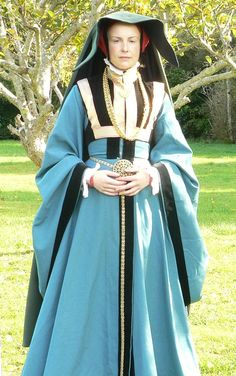 Woolen middle class gown from Cleves in the 1560s. With the silly Heuke! This is a cloak with a massive collar that is worn over the head.