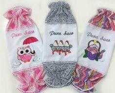 Puxa saco de tecido com estampas coloridas. Fonte: Mercado Livre Dyi, Macrame, Fancy, Dolls, Santa Clara, Tissue Paper Holder, Fabric Covered Boxes, Easy Crafts, Fabric Sewing