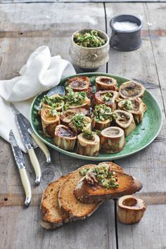 Marrow bones, sound weird but it's a huge hit in some upmarket restaurants. Braai Recipes, Gourmet Recipes, Beef Recipes, Cooking Recipes, Healthy Recipes, Recipies, South African Dishes, South African Recipes, Ethnic Recipes