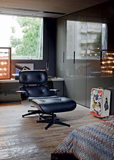 No CLOSET, a poltrona Charles Eames é da fase BLACK do empresário. No fundo, instalação de luzes de Pink Wainer - Fotos Otavio Dias