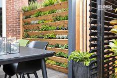Van saaie en betegelde tuin naar hippe tuin in NYC sferen - Eigen Huis en Tuin Home And Garden, Wood, House Plants, House, Home, Outside Decorations, Garden Inspiration, Inspiration, Interior Design