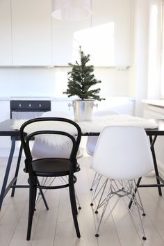 Homevialaura | This is the season | table christmas tree in champagne cooler | Eames DSR | TON Chair14 | modern white kitchen