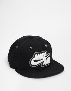 8f3134ab Kappe von Nike Stoff mit hohem Wollanteil Krone mit Ösen aufgenähtes Logo  flacher Schirm verstellbarer Verschluss