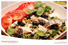 Roszponka z serkiem pleśniowym - #salatka   http://pozytywnakuchnia.pl/roszponka-z-serkiem-plesniowym/  #roszponka #oliwki #pomidory #przepis #kuchnia