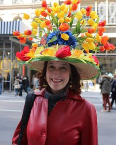 Easter Hat Ideas for Easter Bonnet Parades Have you put it in your planner yet to start making Easter Bonnets? Here are a few of my Easter Bonnet Idea finds for 2017 to inspire you and ensure that you're not rushing around last minute. Funky Hats, Cool Hats, Red Hats, Crazy Hat Day, Crazy Hats, Easter Hat Parade, Easter Symbols, Silly Hats, Spring Hats