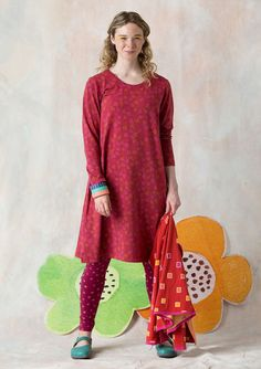 An understated jersey dress with full-length sleeves, covered with a delicate little tulip print. Side pockets, made in our comfy eco-cotton with spandex. A piece for all occasions! Pink Trousers, Grown Women, Kinds Of Clothes, Models, Couture, Get Dressed, My Wardrobe, Cotton Spandex, Short Sleeve Dresses