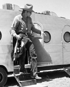 James Dean leaving his trailer, in Texas, while on location for the filming of Giant, Hooray For Hollywood, Hollywood Stars, Classic Hollywood, Old Hollywood, American Idol, American Actors, James Dean Photos, Pier Paolo Pasolini, Rebel Without A Cause
