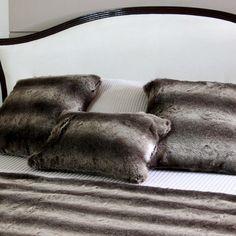 A Almofada Siberia 50x35 é feita no tamanho perfeito para complementar composições de sala ou quartos! Sua cor e toque relaxante fazem com que ela se encaixe tanto em decorações clássicas quanto em espaços com detalhes mais rústicos.  Shop online> http://www.lolahome.com.br/almofada-siberia-50-x-35-721.aspx/p