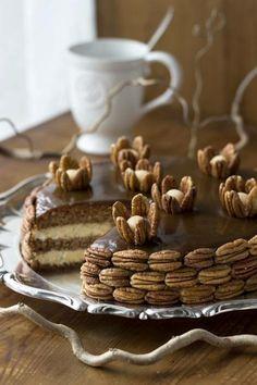 Kinuski ja pähkinät täydentävät hienosti toisiaan täytekakussa. Koristelussa kannattaa hyödyntää pähkinöiden jänniä muotoja. | Unelmien Talo&Koti Kuva ja ohje: Sini Visa