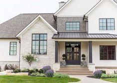 Haus Außenfarben Stuck Veranden 27 Ideen - House exterior - Paint Home Stone Exterior Houses, Stucco Exterior, Stucco Homes, House Paint Exterior, Dream House Exterior, Exterior House Colors, White Stucco House, Home Exterior Design, Black Trim Exterior House
