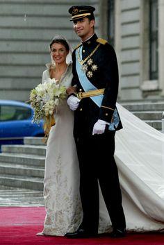 Letizia Ortiz se casó el 22 de mayo de 2004 con Felipe de Borbón. Su vestido, un correcto y a la vez majestuoso diseño de Manuel Pertegaz.