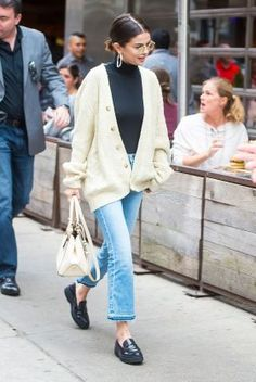 Selena Gomez cream cable cardigan frayed blue jeans black loafers white bag cycling in new York September 2017 Mode Selena Gomez, Selena Gomez Style, Selena Gomez Fashion, Selena Gomez Outfits Casual, Selena Gomez Jeans, Selena Gomez Clothes, Selena Gomez Fringe, Selena Gomez Coach, Lucy Hale Outfits