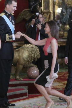Isabel Preylser y Felipe VI para la posteridad Pippa Middleton, Spanish Royalty, Estilo Real, Filipina, Big Family, Spanish Style, Office Outfits, Clothing Patterns, Royals