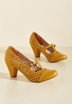Opting for Intrigue T-Strap Heel in Mustard in 41 - Mid Heel - Over 2 by Chelsea Crew from ModCloth Vintage Inspired Shoes, Vintage Style Shoes, Pretty Shoes, Cute Shoes, Pretty Clothes, Girls Formal Shoes, 1930s Shoes, Shoe Boots, Shoes Heels