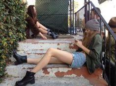 foto-em-escada-14 Grunge Fashion, Urban Fashion, Street Fashion, Stylo Shoes, Not Your Baby, Youth Culture, Pump Shoes, Women's Shoes, Pretty Hairstyles