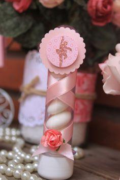 Tubete de 13 cm, personalizado com tags em papel de scrapbooking, papel metálico e aplique de bailarina com glitter. Fita de cetim envolvendo todo o corpo do tubete - como uma sapatilha de ballet-, finalizado com uma flor.  * As estampas podem variar de acordo com a disponibilidade *    - Pedido ...